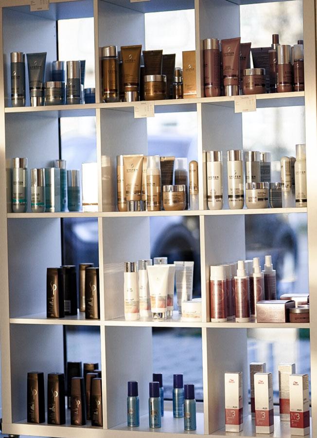 Haarprodukte in einem Regal