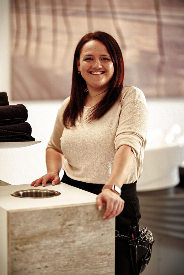 Katharina Aktas steht an der Handtuchstation