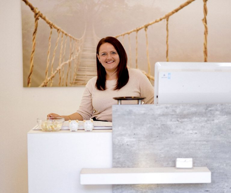 Kathy an der Willkommenstheke im Friseursalon Salon Butterfly